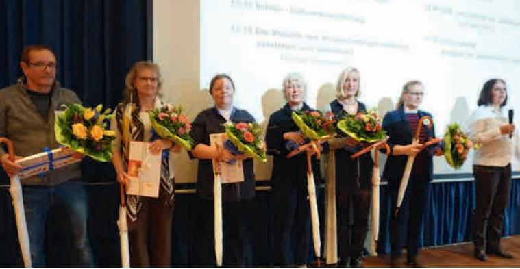 Das Organisationsteam des Kieler Symposiums wird für die mit Blumen und Geschenken geehrt. Von links: Manfred Winkler, Birte Weiß, Manja Reinhardt, Frau Dr. Frauke Timm, Verena Wulf, Bettina Meier und Sabine Schmidt.